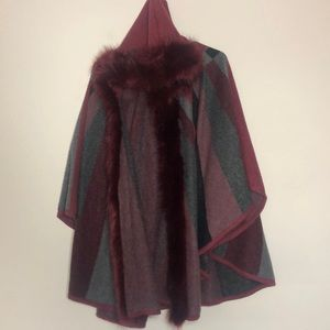 Cape/poncho with hood and faux fur